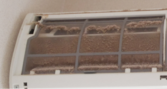 洗浄前のエアコンフィルター