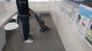 カーペット床掃除機かけ